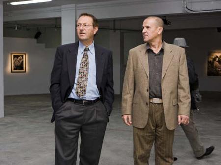 Gabriel Garcia (director del CEIC Alfons el Vell) i Víctor G. Labrado (coordinador de l'exposició) la nit de la inauguració