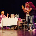 Dos adolescents comencen l'obra amb un text homenatge a Christine de Pisan