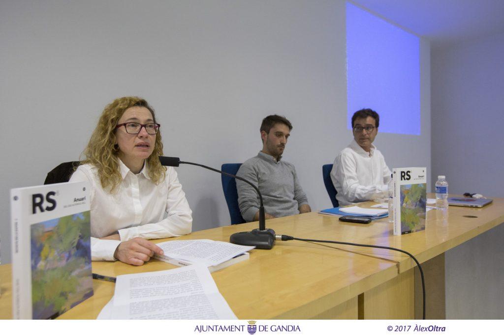 Néstor Vercher, al centre de la taula, i Enric Sigalat van parlar al voltant del seu article La desconnexió valenciana.