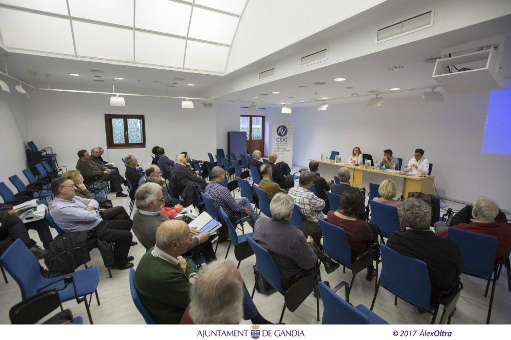 Un nombrós públic va assistir a l'acte adreçant diverses preguntes als ponents .