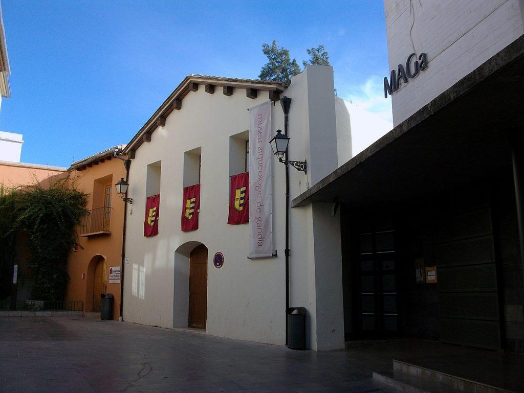 1200px-Exterior_del_Museu_Arqueològic_de_Gandia_(MAGa)
