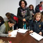 L'autora Roser Soler signa llibres.