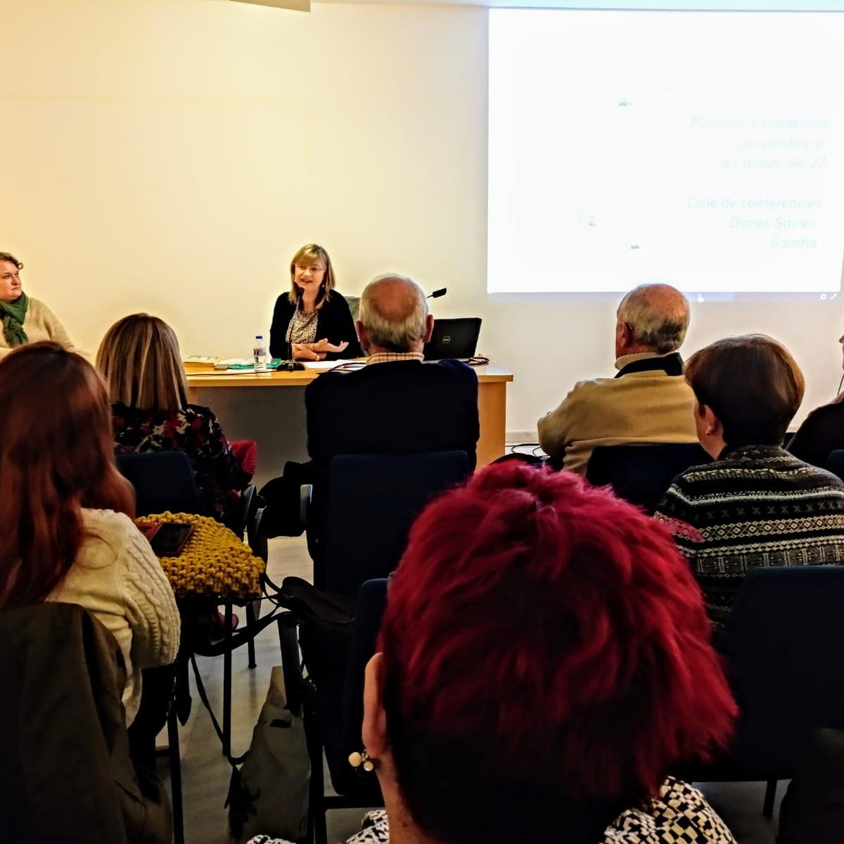 Conferencia de Maria Elizalde en la Casa de Cultura.